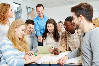 Studenten mit Dozent in Universität