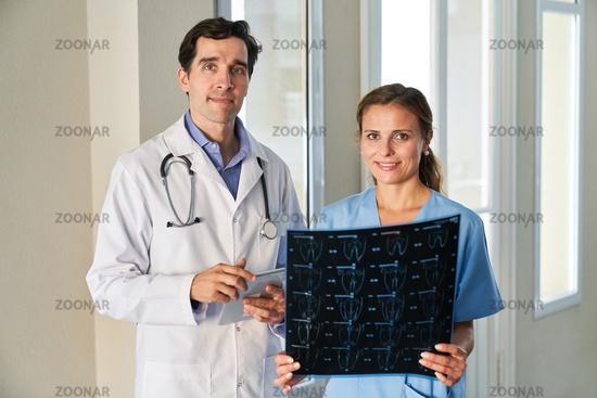Ärzteteam der Radiologie mit einer MRT Aufnahme