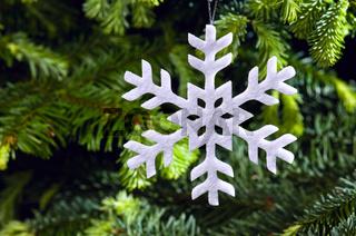 Weiße Weihnachtsbaumdekoration in Form einer Schneeflocke