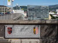 Gedenktafel an der Nibelungenbrücke zur Erinnerung an die Vertreibung zehntausender Sudetendeutscher im Jahre 1945 - Linz