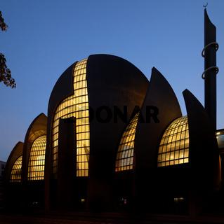Die Kölner Zentralmoschee in der blauen Stunde