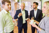 Geschäftsleute beim Kaffee trinken in einer Pause