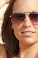Frau im Sommer mmit Sonnenbrille
