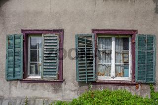 Hauswand mit alten Fenstern in Schaffhausen, Schweiz