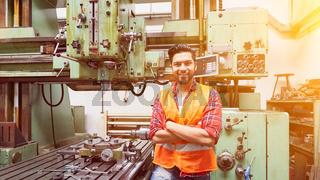 Metallarbeiter an CNC Bohrmaschine in Fabrik