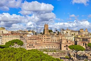 Trajansmärkte mit dem Turm von Milizie in Rom