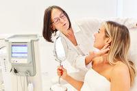 Hautärztin und Patientin im Beratungsgespräch