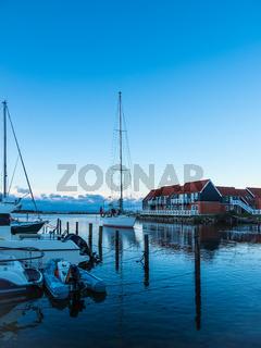 Blick auf den Hafen von Klintholm Havn in Dänemark