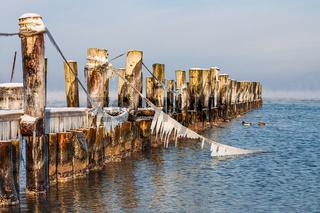 Buhne an der Ostseeküste bei Zingst auf dem Fischland-Darß im Winter