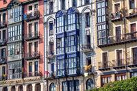 Einige typische Häuserfassaden in Bilbao