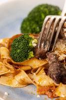 Tagliatelli mit Steakscheiben auf dem Teller