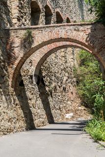Mauerbogen und Torbogen mit Klinkerziegel - historisches Gebäude