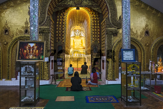 Betende in Yadana Man Aung Pagode, Nyaung Shwe, Shan Staat, Myanmar; Asien