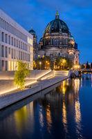 Der Berliner Dom und die moderne Rückseite des Stadtschlosses