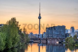 Der berühmte Fernsehturm in Berlin nach Sonnenuntergang