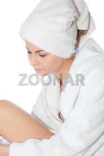 Junge Frau im Bademantel nach Wellness