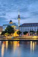 Die Spree im Zentrum von Berlin vor Sonnenaufgang