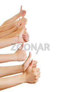 Hände halten seitlich Daumen hoch