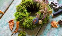 Mooskranz mit Gräsern und Blüten
