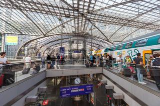 Berlin Hauptbahnhof Hbf Zug Bahn moderne Architektur im Bahnhof in Deutschland