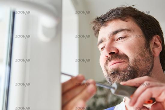 Kompetenter Handwerke beim Fenster einstellen
