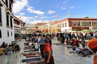 Beten vor dem Jokhang Tempel Lhasa Tibet China