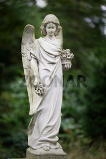 weisse Engelsfigur auf einem Friedhof