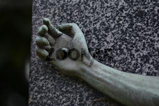 Friedhofsskulptur, Teilansicht - mit Nagel durchschlagenen Hand   Cemetery Sculpture, detailview - Hand, fixed by with nail