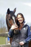 Junges Mädchen mit ihrem Pferd