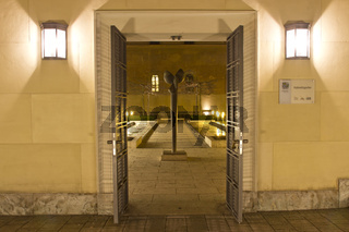 Eingang zum Kabinettsgarten in München bei Nacht