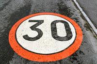 Verkehrszeichen für eine Geschwindigkeitsbeschränkung auf 30 km/h