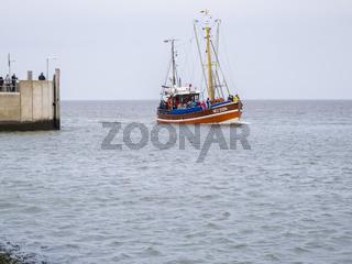 Incoming fishing cutter in Harlesiel left