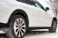 unscharfer PKW mit Bewegungsunschärfe im Winter