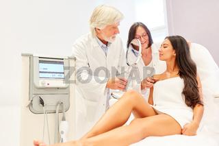 Ärzteteam und Patientin bei Beratung vor Behandlung