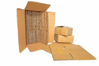 Mehrere Kartons in verschiedenen Größen freigestellt auf weiß