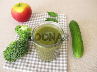 Grüner Smoothie mit Brokkoli, Gurke und Apfel