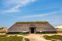 Eisenzeithaus in den Dünen bei Nebel auf der Insel Amrum