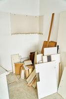 Alte Möbel warten auf Sperrmüll Abholung in Küche