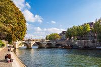 Blick über die Seine auf Paris, Frankreich
