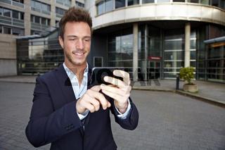 Mann nutzt Routenplaner im Smartphone