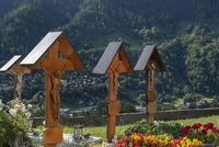 Holzkreuze auf dem Friedhof in Ernen