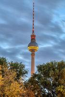Der berühmte Berliner Fernsehturm in der Morgendämmerung