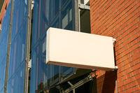 Schild an Gebäude als Mock-Up Template für Logo Design
