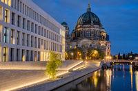 Der imposante Berliner Dom bei Nacht
