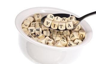 Vitaminreiche Alphabetsuppe, isoliert auf weiß