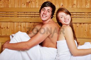 Paar in Sauna lehnt sich an