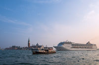 Blick auf die Insel San Giorgio Maggiore mit Kreuzfahrtschiff in Venedig, Italien