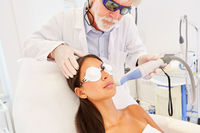 Hautarzt und Patientin bei einer Laserbehandlung
