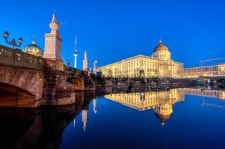 Das rekonstruierte Berliner Stadtschloss in der Abenddämmmerung