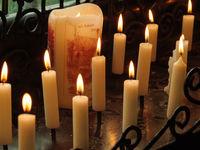 Kerzen in einer Kapelle